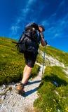 fotvandra tagen kvinna för bergbild polermedel fotografering för bildbyråer