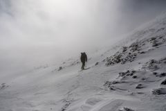 Fotvandra till överkanten av monteringen San Antonio (Mt Baldy) på en dimmig vårdag, med djupfryst snö som täcker slingan, Los An arkivfoto