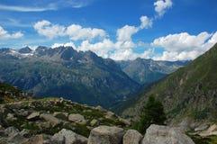 Fotvandra till den Argentiere glaciären, fjällängar, Frankrike royaltyfri foto