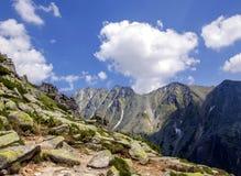 Fotvandra till den Skalnate plesoen, höga Tatra, Slovakien Arkivfoto