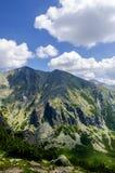 Fotvandra till det Predne Solisko berget, höga Tatra, Slovakien Arkivfoton