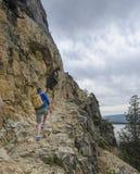 Fotvandra till inspirationpunkt i den storslagna Tetonsen Wyoming royaltyfri foto
