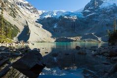 Fotvandra till Joffre Lakes Arkivbilder
