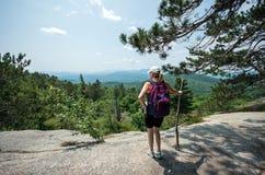 Fotvandra till toppmötet av detutopier berget Arkivfoto