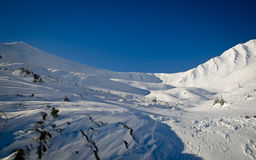 Fotvandra till vinterbergen Royaltyfri Foto