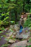 fotvandra trail för pojke Royaltyfria Bilder