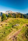 Fotvandra trail i schweiziska alps Arkivbild