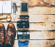 Fotvandra turismlopptillbehör Begrepp för aktivitet för affärsföretagupptäcktferie arkivfoton