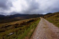 Fotvandra upp berget i Irland royaltyfri foto