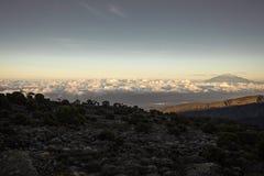 Fotvandra upp Mt Kilimanjaro Tanzania royaltyfri bild