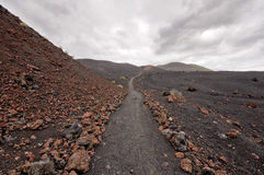 Fotvandra vandringsledet i härligt stenigt vulkaniskt berglandskap, royaltyfri bild