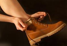 Fotvandrare för ung kvinna som binder skosnöre Royaltyfri Foto