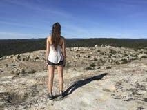 Fotvandrare för ung kvinna som ser horisonten royaltyfria foton