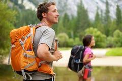 Fotvandrare - folk som fotvandrar, man som ser i Yosemite Fotografering för Bildbyråer