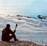 Fotvandrare framme av en stor alpin glaciär tillbaka sikt Italiensk fjälläng arkivfoto