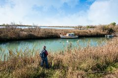 Fotvandrare 60 gamla år i löst område av en lagun Arkivbilder