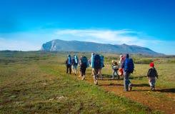 Fotvandrare grupperar trekking i Krim Royaltyfri Bild