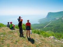 Fotvandrare håller ögonen på terrainen Royaltyfri Foto