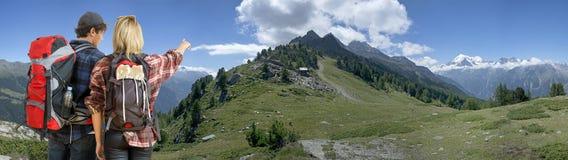 Fotvandrare i alpin bergkant Fotografering för Bildbyråer