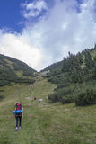 Fotvandrare i bergen Arkivfoton
