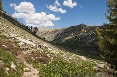 Fotvandrare i bergen Royaltyfria Foton