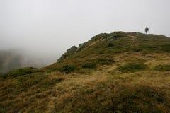 Fotvandrare i bergen av Transylvania, Rumänien Royaltyfria Foton