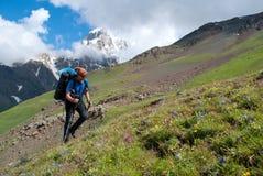 Fotvandrare i berget fotografering för bildbyråer