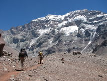 Fotvandrare i berget Arkivfoto