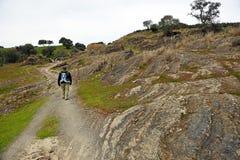 Fotvandrare i Cerro Muriano, landskap av Cordoba, Andalusia, SpainPilgrims i Mozarabicen Camino de Santiago, Cerro Muriano, Provi Fotografering för Bildbyråer