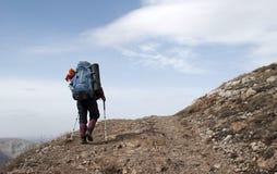 Fotvandrare i ett berg arkivfoto