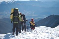 Fotvandrare i ett vinterberg, Ukraina, Karpaty royaltyfri bild