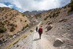 Fotvandrare i höga berg Fotografering för Bildbyråer