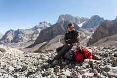 Fotvandrare i höga berg Royaltyfri Foto