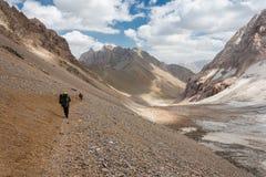 Fotvandrare i höga berg Arkivfoto