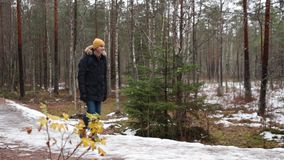 Fotvandrare i höstskog stock video