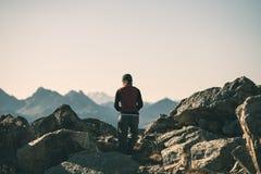 Fotvandrare i landskap för stenigt berg för hög höjd Sommar äventyrar på de italienska franska fjällängarna, tonad bild arkivbild