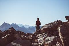 Fotvandrare i landskap för stenigt berg för hög höjd Sommar äventyrar på de italienska franska fjällängarna, tonad bild royaltyfria bilder