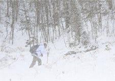 Fotvandrare i snöstorm arkivbilder