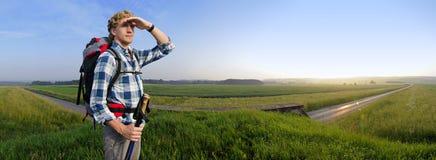 Fotvandrare i sommarfält Arkivfoton