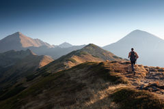 Fotvandrare i Tatras berg Arkivbild