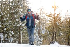 Fotvandrare i vinterberg Man med ryggsäcken som trekking i mountai arkivfoton