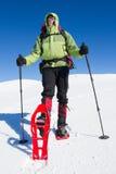 Fotvandrare i vinterberg som snowshoeing Arkivfoto