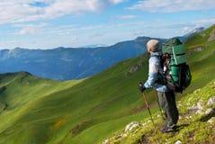 Fotvandrare med ryggsäcken i berg royaltyfria foton