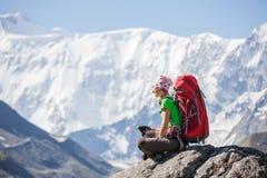 Fotvandrare nära det Belukha berget, det högst i Sibirien Arkivbild