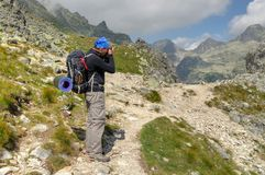Fotvandrare och fotograf på en bergslinga Royaltyfri Fotografi
