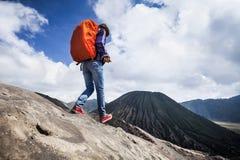 Fotvandrare och vulkan Royaltyfria Bilder