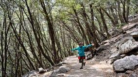 Fotvandrare på banan, Vernon Falls, Yosemite dal, Kalifornien fotografering för bildbyråer