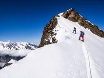 Fotvandrare på bergen Arkivfoto