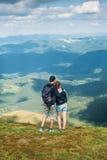 Fotvandrare på bergmaximumet Royaltyfria Bilder