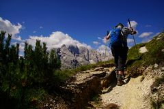 Fotvandrare p? brant slinga upp den Monte pianaen royaltyfri fotografi